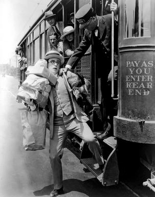 Harold Lloyd corriendo para subir al tren