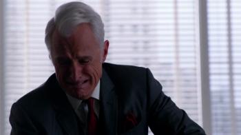 Roger Sterling llora la muerte de su madre